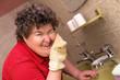 Geistig behinderte Frau wäscht ihr Gesicht im Badezimmer
