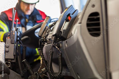 Leinwanddruck Bild Funkgeräte in einem Einsatzfahrzeug der Feuerwehr