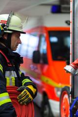 Feuerwehrmann im Einsatz bei einem Notruf in der Wache