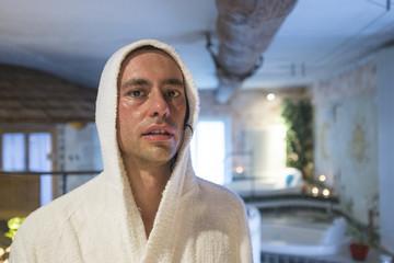 uomo in doccia