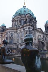 berliner dom in berlin mit skulptur im vordergrund