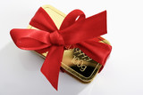 Goldbarren  mit roter Geschenkschleife
