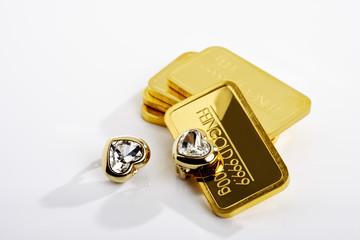 Goldbarren mizt Schmuck, goldene Herzen mit Edelsteinen