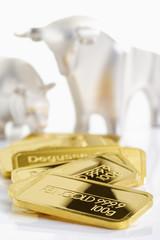 Goldbarren vor Bulle und Bär, Börse, Symbolbild