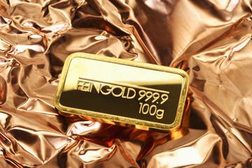 Goldbarren auf Kupferblech