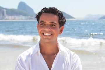 Junger Mann entspannt an der Copacabana