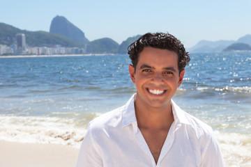 Fröhlicher junger Mann an der Copacabana