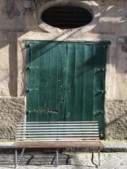 Porta verde antica e panchina