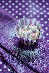 Cupcake mit Zuckerherzen