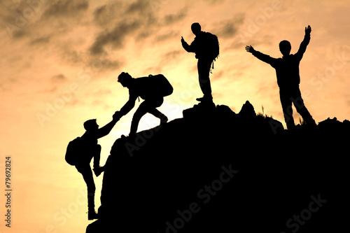 Fotobehang Alpinisme tırmanıcı yardımlaşması silüet
