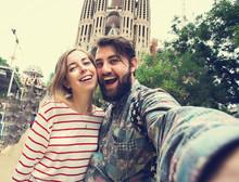 "Постер, картина, фотообои ""Happy couple takes selfie while travel in Barcelona, Spain"""