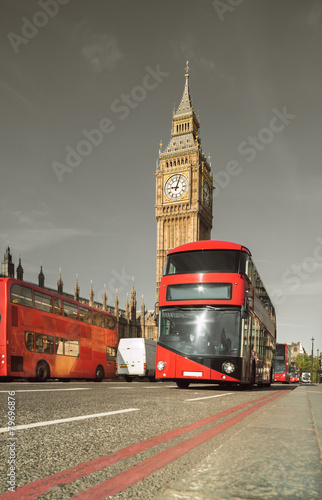 In de dag Londen rode bus Doubledecker bus in front of Big Ben in London, UK