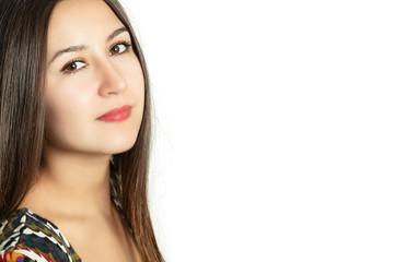 Портрет красивой молодой девушки на белом фоне