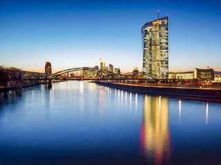 Europäische Zentralbank vor der Skyline von Frankfurt