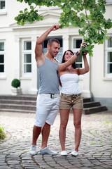 Paar unter Eiche vor Villa