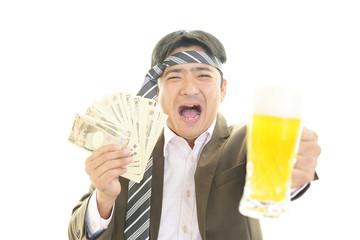 紙幣を持つ笑顔の男性