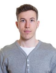 Bewerbungsfoto eines jungen Mannes im grauen Shirt