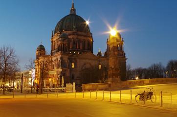 berliner dom in berlin am morgen