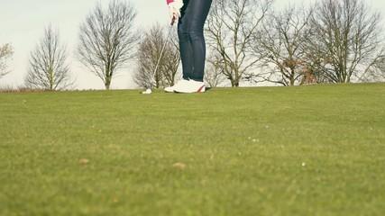 Frau beim Putten auf Golfplatz - Zeitlupe
