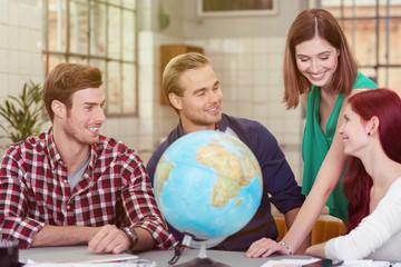 studenten mit einem globus
