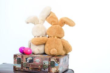 Osterhasen auf einem Koffer