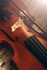 Geige mit Bogen auf Notenblatt