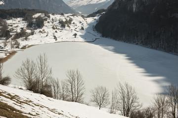 Zugefrorener See bei Seelisberg UR, Schweiz