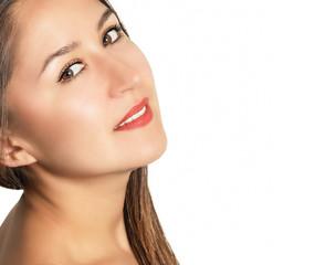 Портрет красивой молодой женщины на белом фоне