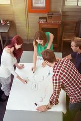 studenten erstellen zusammen eine präsentation