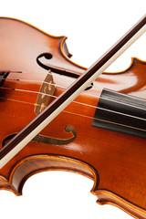 Violine mit Bogen vor weißem Hintergrund