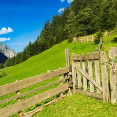 Holzgatter und Tor zur Kuhweide