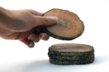 mano che spezza un albero