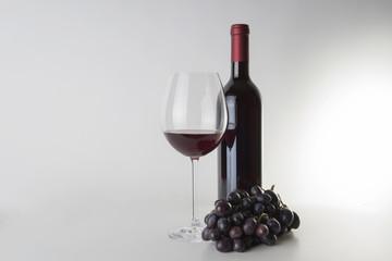 Rotweinflasche mit Weinglas