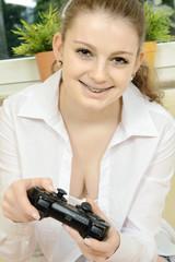 Teen mit Controller von Video Game Console