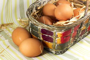 Huevos caseros en cesta
