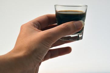 mano con bicchiere