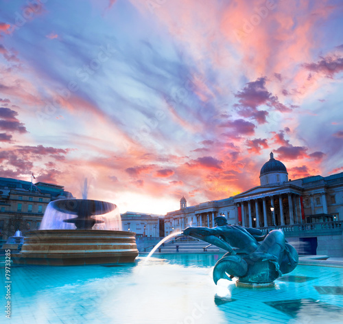 Aluminium Fontaine Trafalgar Square at sunset
