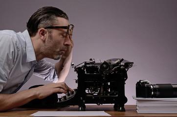 Geschäftsmann mit alter Schreibmaschine