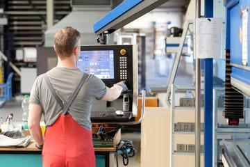 Bedienung einer Maschine in der Industrie