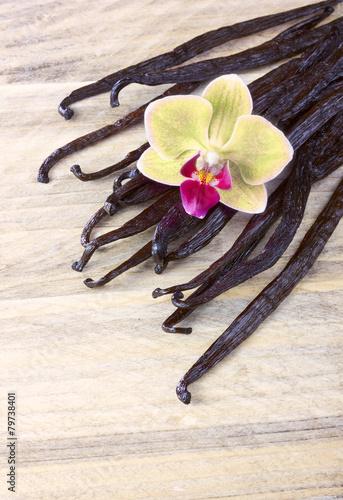 Staande foto Orchidee Vanilla sticks and orchid