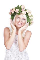 Hübsche glückliche Frau mit Rosenkopfschmuck isoliert