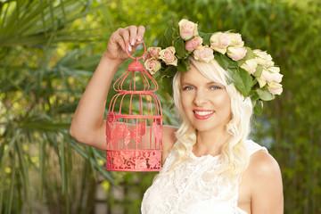 Hübsche Frau mit Kopfschmuck und Vogelkäfig