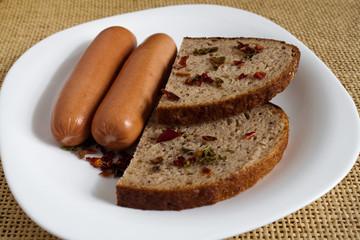 Сосиски с хлебом.