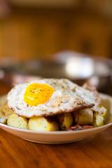 Spiegelei mit Bratkartoffeln und zwiebeln und Speck