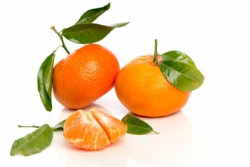 Mandarinen und Fruchtstücke