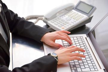 オフィスシーン PC 電話