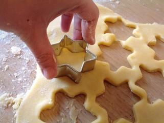 Preparazione biscotti a forma di stella.