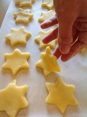 Biscotti a forma di stelle pronti per essere infornati.