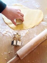 Preparazione biscotti fatti in casa, luce naturale.