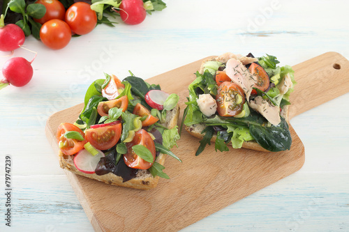fette di pane con insalata pomodori e tonno - 79747239